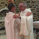 Accolade entre le père abbé et le novice