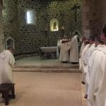 Le père abbé bénit le novice