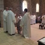Le postulant à genoux devant le père abbé reçoit l'habit