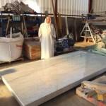 Frère JEan de la Croix devant une grande plaque de marbre blanc