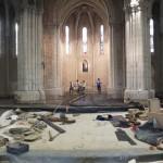 4 maçons travaillent au fond de l'abside