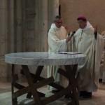 L'évêque debout à l'autel, les mains levées