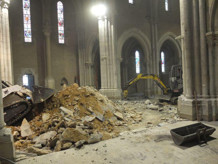 tas de décombres au milieu de l'église