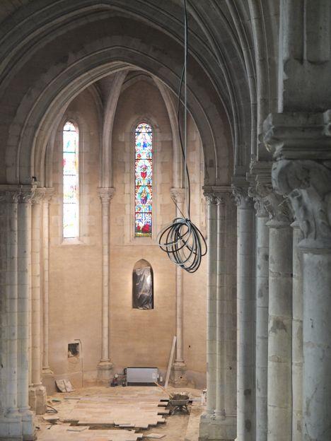 des fils pendent de la voûte de l'église