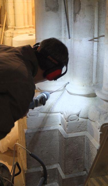 un artisan perce une colonne