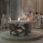 L'encens se consume sur l'autel illuminé par les flammes