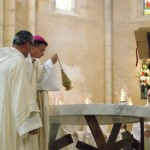L'évêque fait le tour de l'autel pour l'encenser