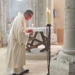 le diacre allume les flambeaux qui vont être disposés autour de l'autel