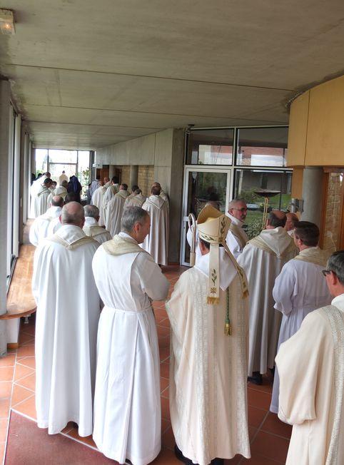 Préparation de la procession dans le cloître du monastère