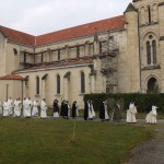 Procession au pied de l'église avec les moniales en tête