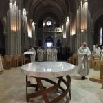 Arrivée dans le choeur, autour de l'autel