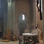 L'évêque célèbre à l'autel