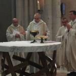 Le père abbé proclame une intercession de la prière eucharistique