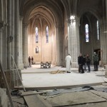 installation de l'autel en métal brut