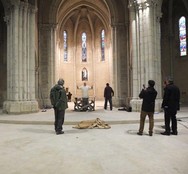 fr Colomban en position sacerdotale derrière le pied d'autel