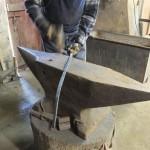 le forgeron travaille sur une enclume