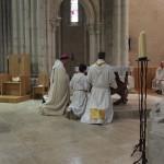 L'évêque à genoux devant l'autel