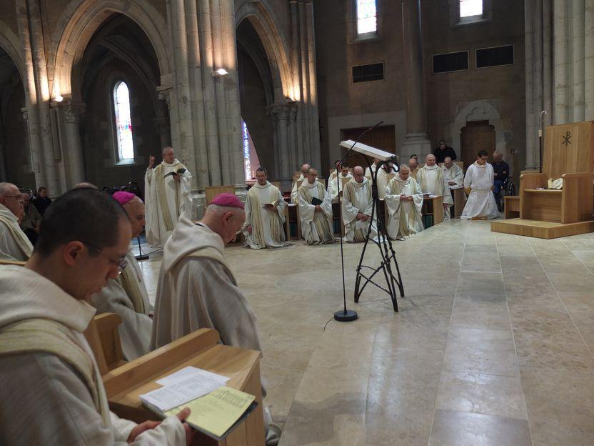 Les prêtres et moines à genoux dans les stalles