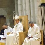 L'évêque assis au siège de la présidence