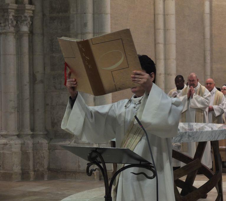 Diacre élevant l'évangéliaire