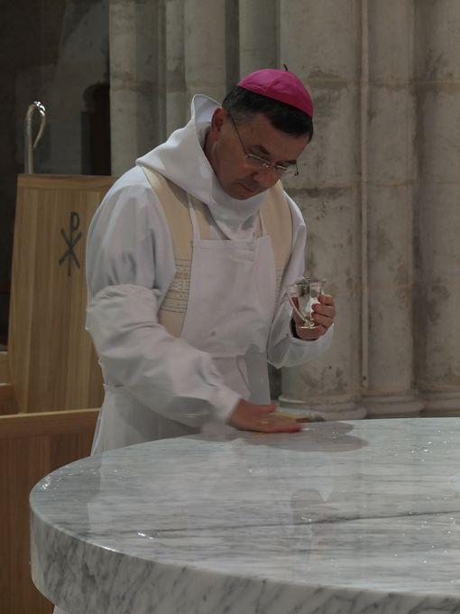 l'évêque fait pénétrer le saint Chrême dans la pierre