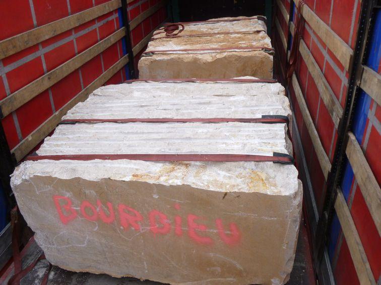 blocs de pierre dans un camion