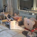 matériel entreposé dans l'église