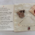 reliques sur un coussin et parchemin explicatif