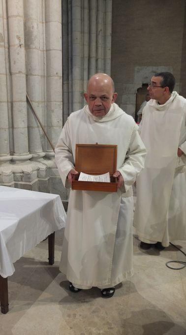 Fr Thibaud présente le reliquaire