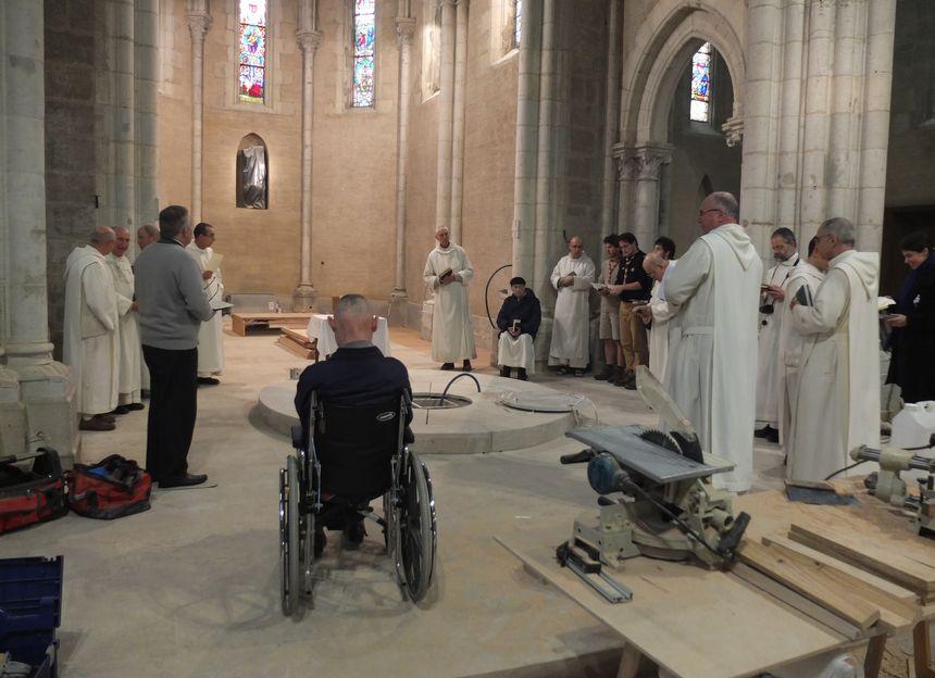La communauté rassemblée autour du socle de l'autel