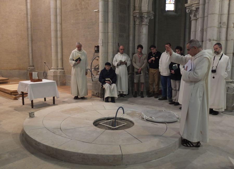 le père abbé bénit la fosse qui accueillera les reliques