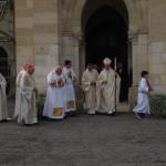 l'évêque sortant de l'église salue les prêtres et religieux