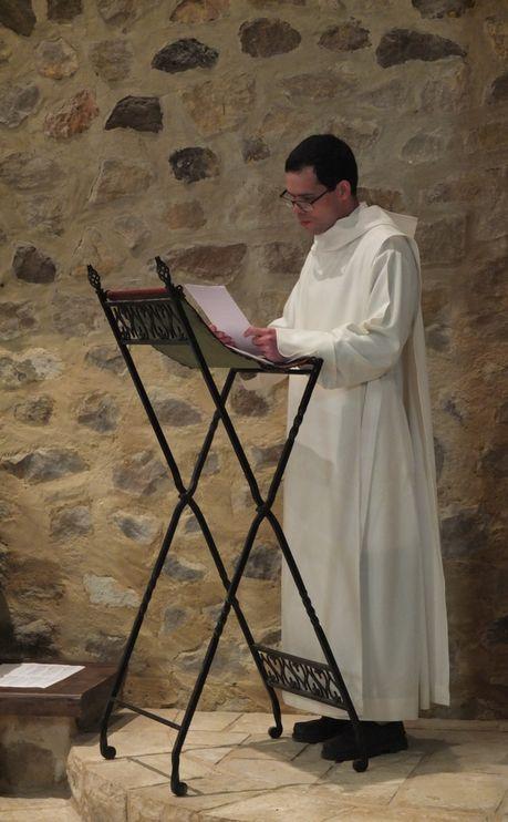 Le novice à l'ambon nous entraine dans la prière avec les intentions qu'il a préparées