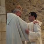 Echange de regard et de sourire entre le père abbé et frère Marie