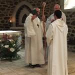 Le père abbé présente la Règle de Saint Benoit au novice