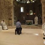 Le postulant est assis entre les frères, et le père abbé donne l'homélie