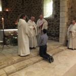 le père abbé s'adresse au postulant et le maitre des novices tient l'habit dans ses mains