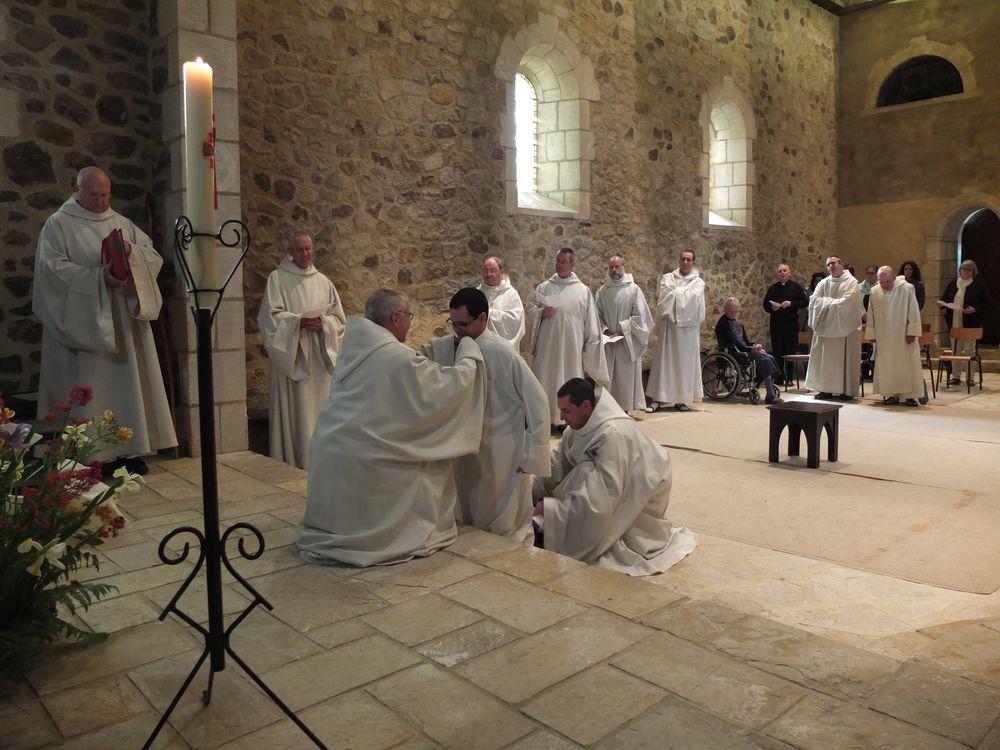 le père abbé et le maitre des novices perfectionnent l'habillement