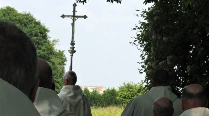 Moines en procession derrière la croix