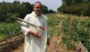 Fr Joseph, en habit blanc, dans les champs