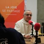 Père abbé devant un micro RCF