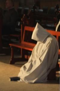 moine priant à genoux