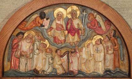 Le Christ trône avec Marie à sa droite, des anges les entourent, et des moines et des moniales en blanc les contemplent