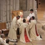 l'évêque remet l'évangéliaire à fr Grégoire