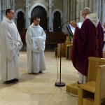 Le père abbé prie pour les candidats