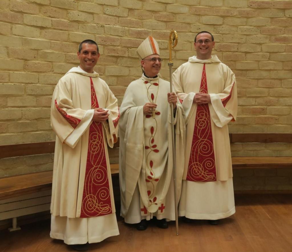 Monseigneur Souchu entouré de frère Oliveto et frère Grégoire après la messe d'ordination diaconale