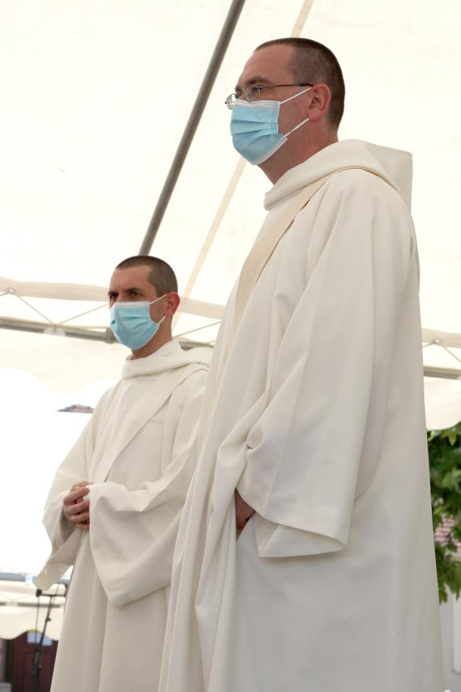 frère Grégoire et frère Oliveto debouts