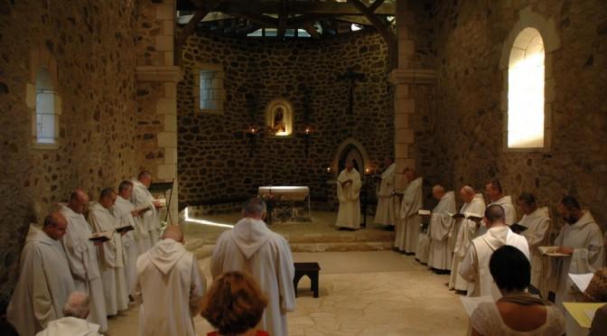 Communauté priant à la vieille église