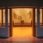 Une salle ronde, chaude, au parquet en bois et aux murs de briques. Elle est ornée d'une sculpture en lamelles d'acier au-dessus de la place du père abbé.