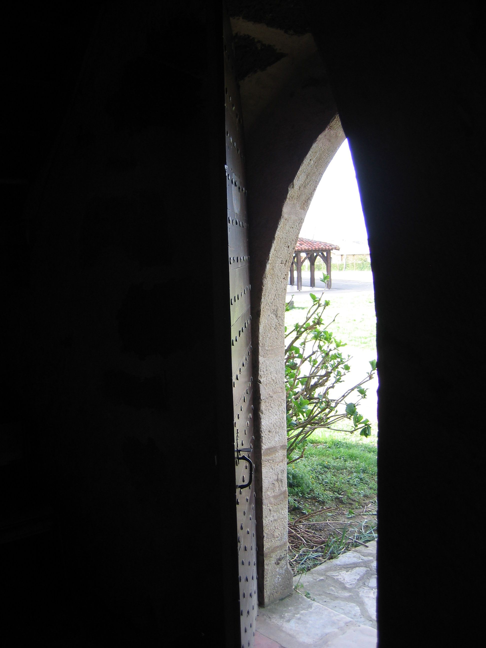 Porte de la vieille église entrebaillée